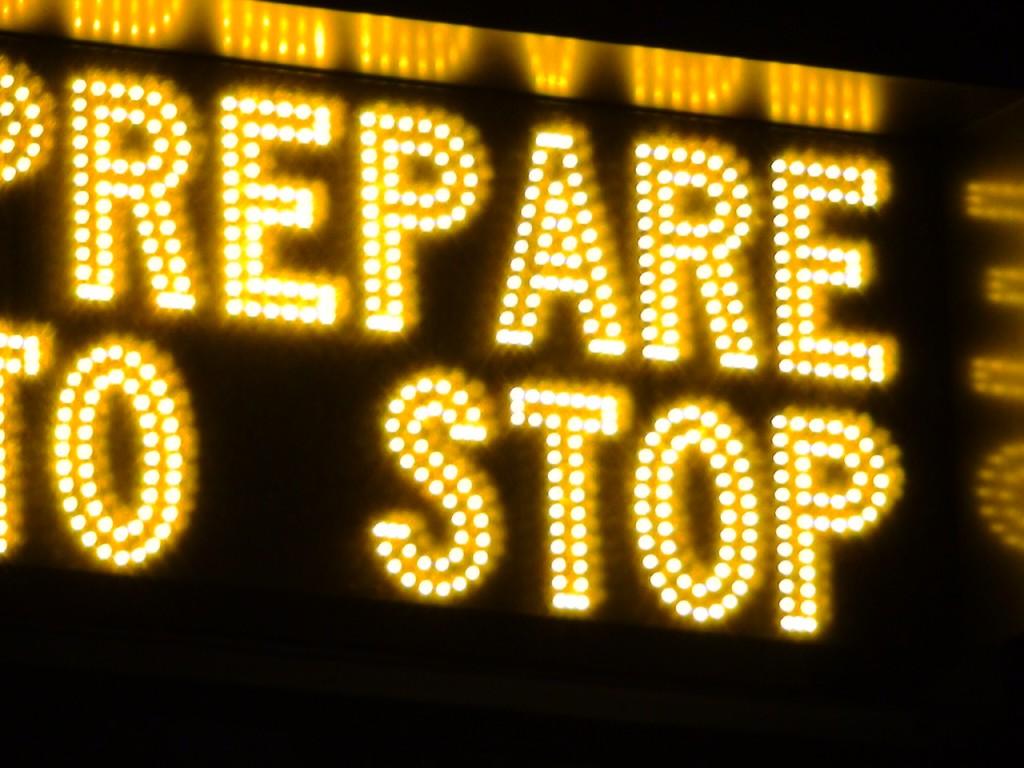 О том, что скоро зажжется желтый сигнал светофора, водитель предупреждается за несколько кварталов.