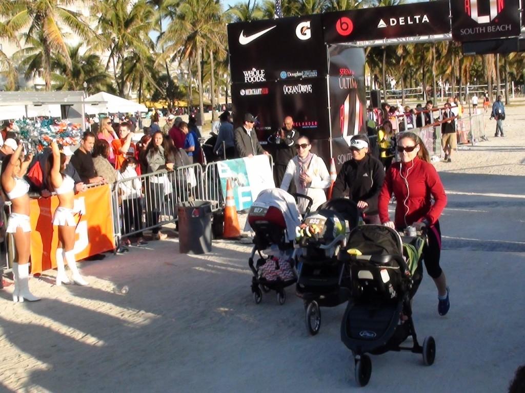Младенцы в колясках тоже сопровождают своих мам во время бега